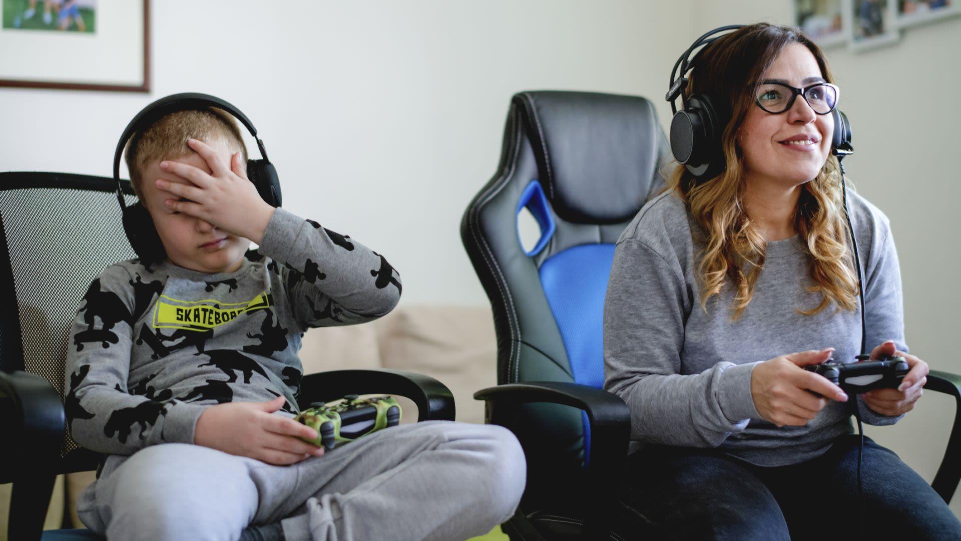 Geschwister, Junge, Mädchen, Gaming-Stuhl, Gaming, PlayStation 4, PS4 Urheber: Getty/dmphoto, 1219438427