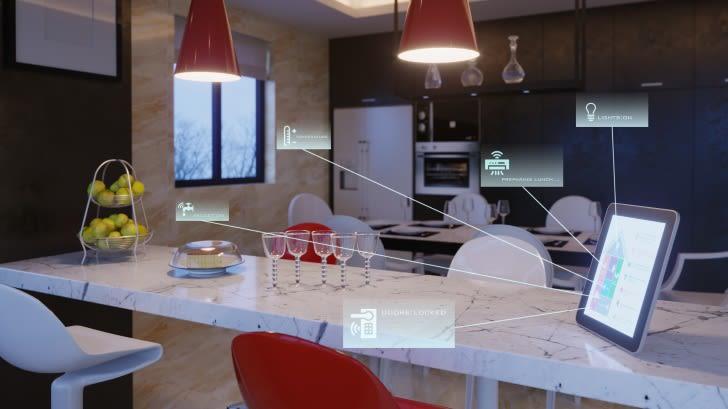 Moderne Küche mit Tablet auf dem Tresen, über das Geräte wie Kühlschrank, Lampen, Wasser, Lüftung und Alarmanlage bedient werden können.
