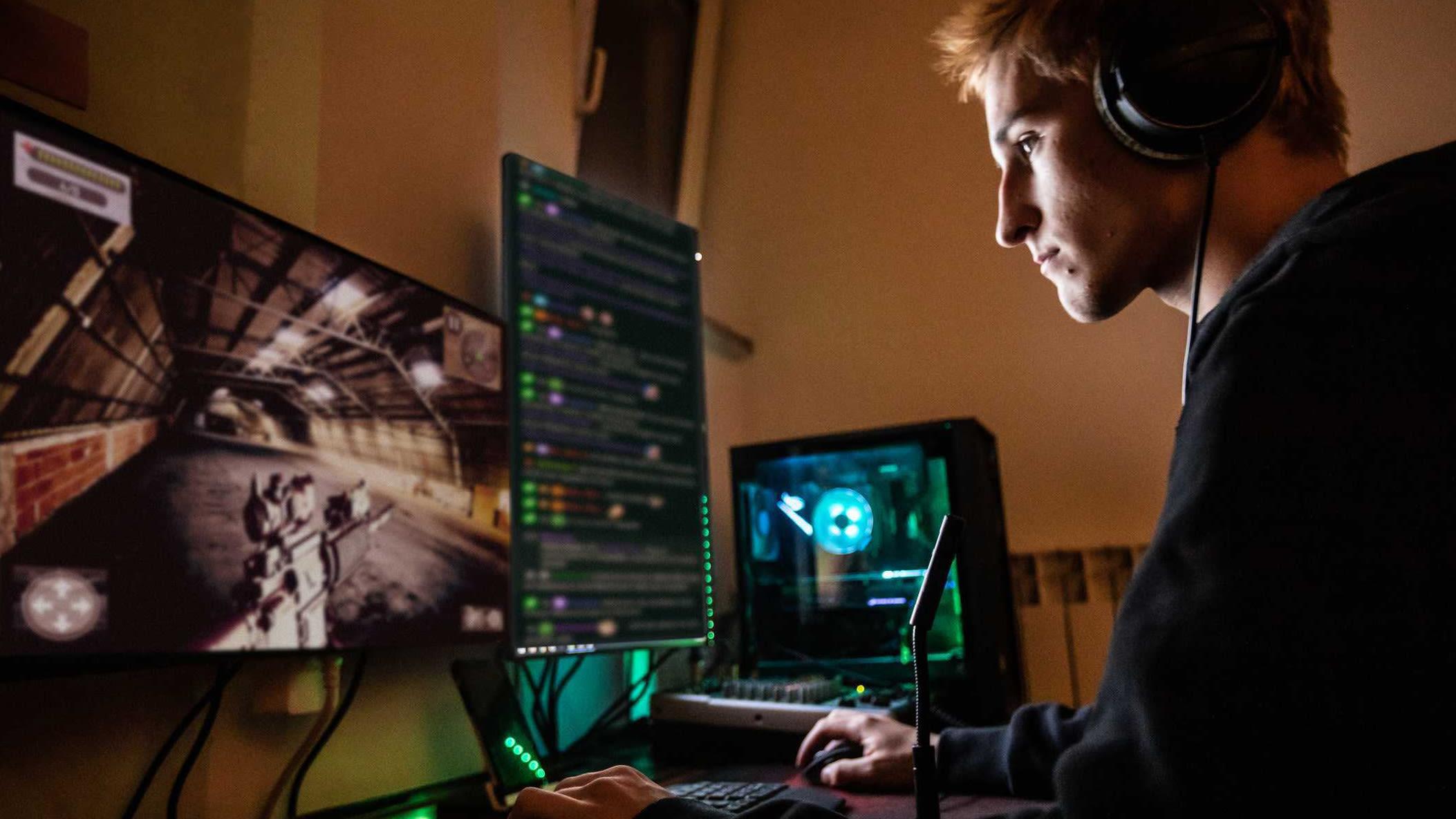 Teenager, Junge, Computer, Bildschirm, Gaming Urheberrechte: Getty Images / CasarsaGuru