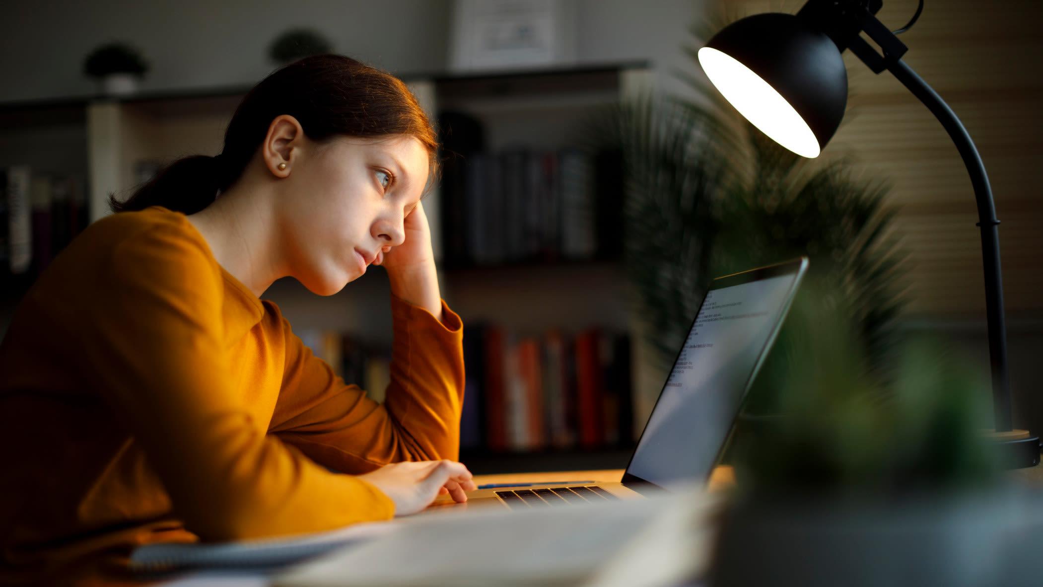 Studentin arbeitet abends am Laptop / Notebook Urheber: Getty / damircudic