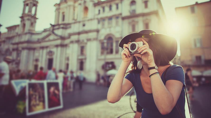 Frau mit Kompaktkamera