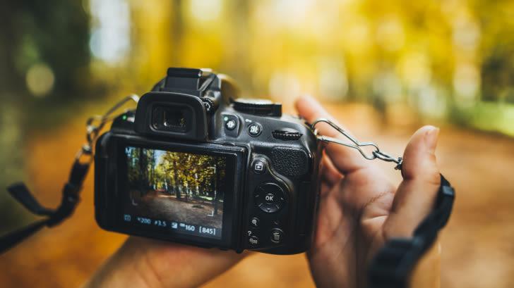 Zwei Hände halten eine Kamera