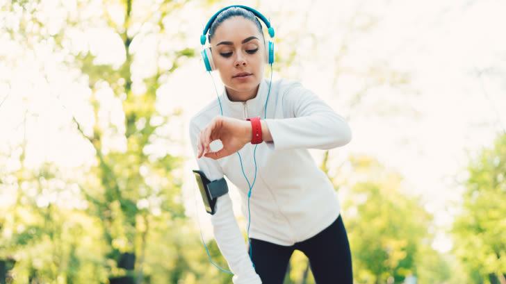 Joggerin mit Smartwatch im Park