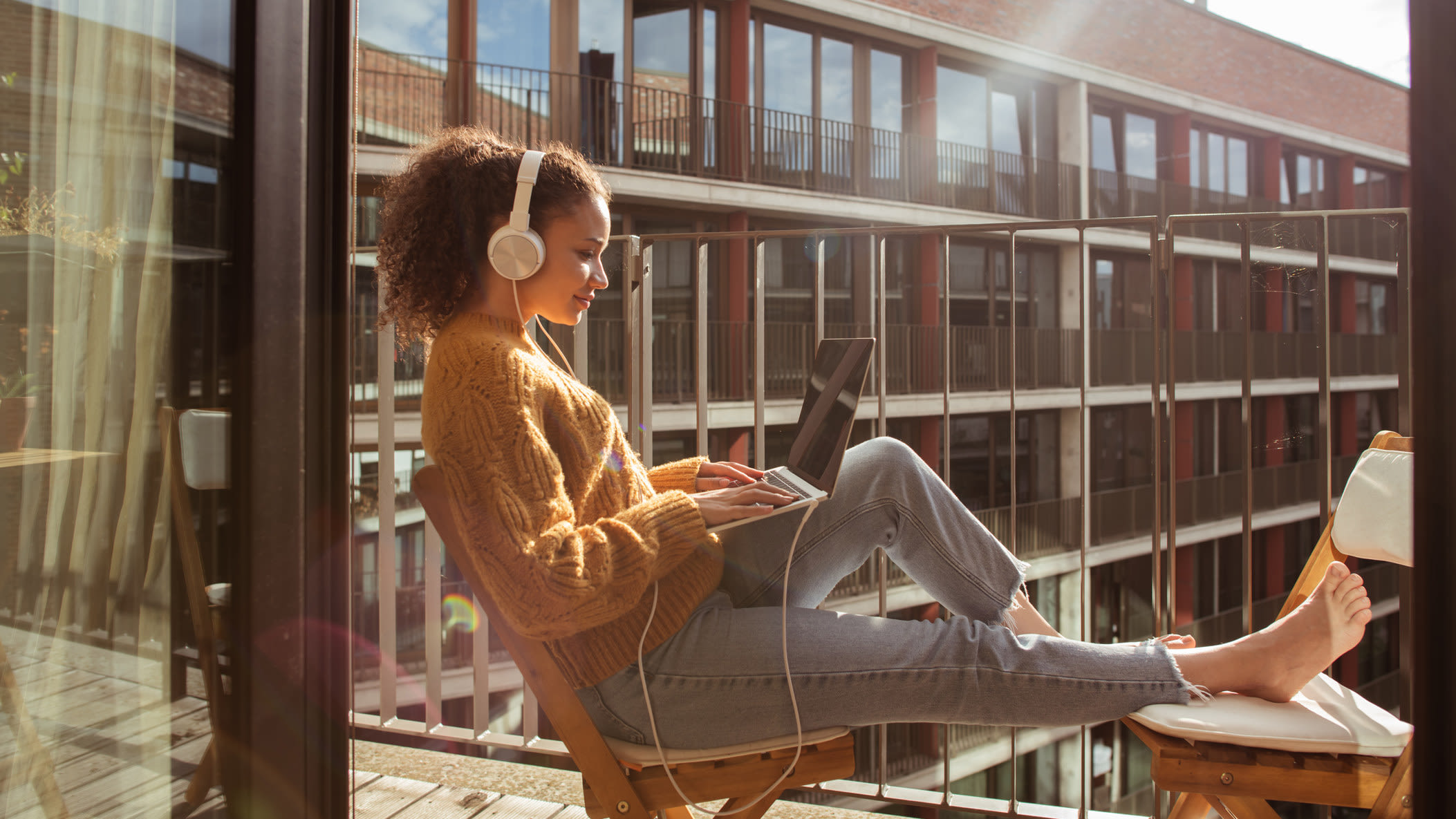 Arbeit, Student, Laptop, Balkon Urheber: Getty Images /  DaniloAndjus